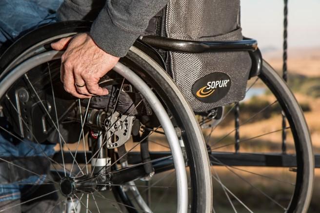 facilitar la discapacidad con silla de ruedas