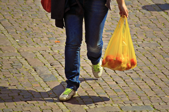 mujer con bolsa de plastico