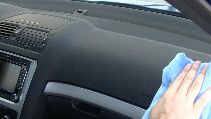 Limpiar el salpicadero del coche