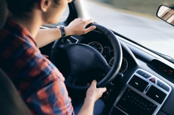 chico conduciendo